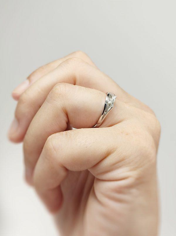 Anillo Oro Blanco Picos y diamante